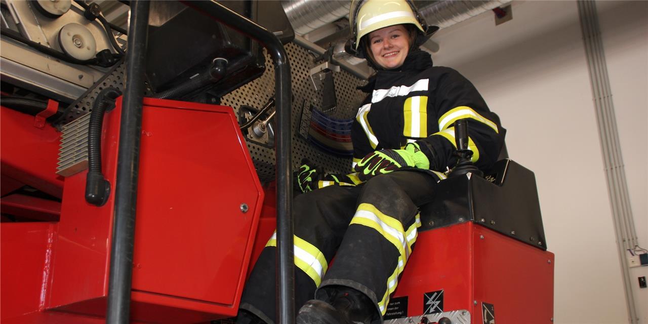 Johanna Diekmann vom Löschzug 5 Brambauer fühlt sich in ihrer Rolle als zukünftige Feuerwehrfrau durchaus wohl.